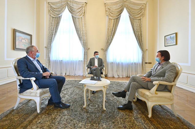 Kako Pahor s svojim »dialogom« med UKOM in STA škodi sodstvu in kupuje čas vladi