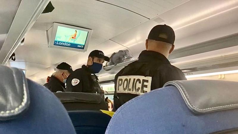 Policija odstranila potnika z vlaka, ker nekaj časa menda »ni nosil (prave) maske«