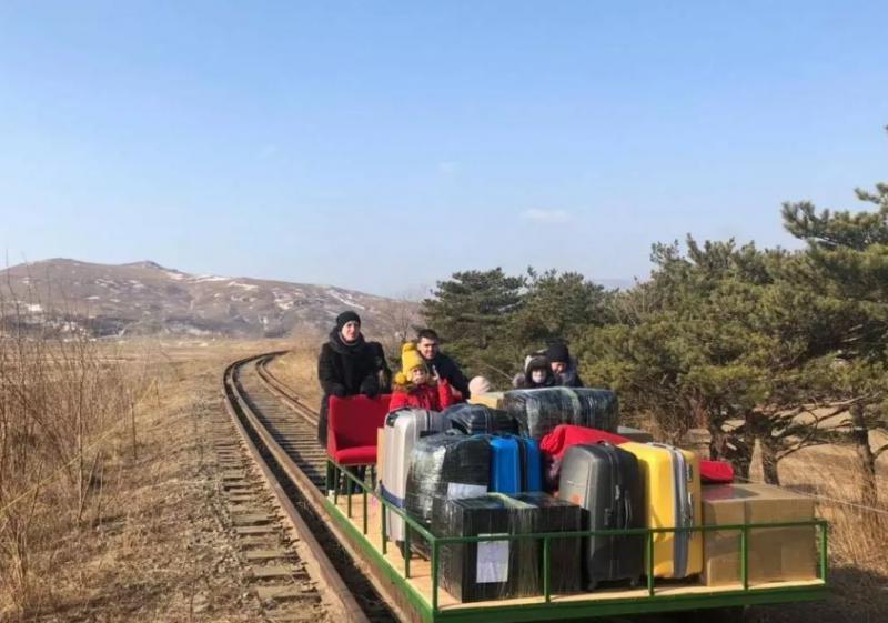 Nenavaden video: Diplomati iz Severne Koreje v Rusijo na zadnjo pot kar z vagonom »s pogonom na potiskanje«