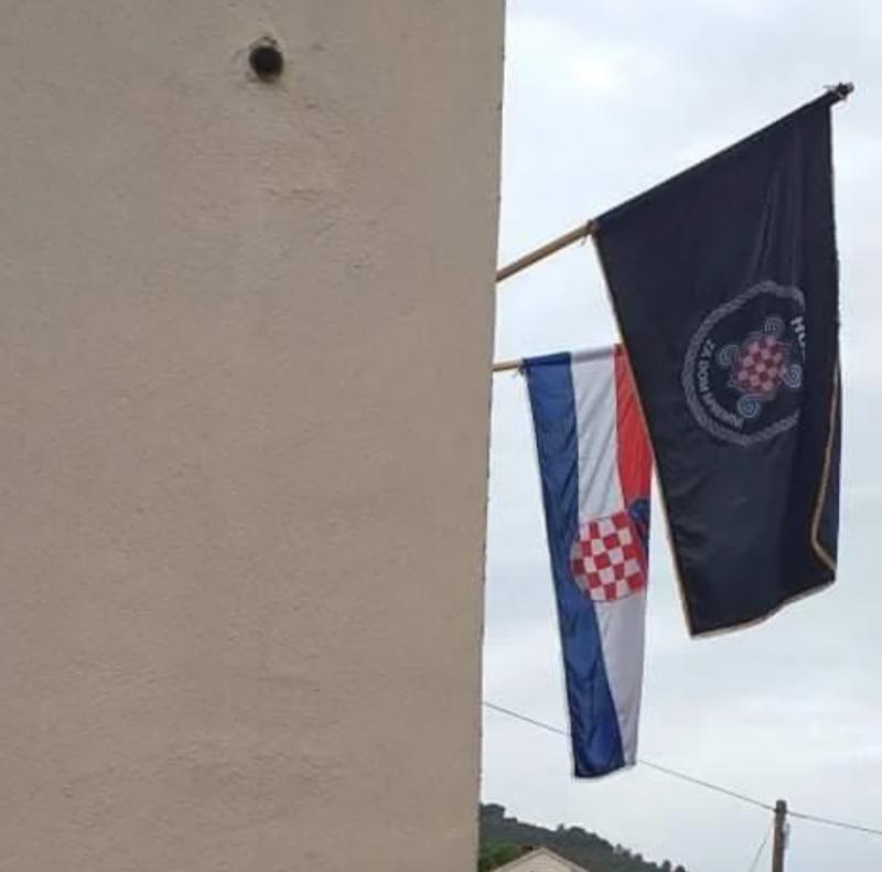 Nov škandal na Hrvaškem: Župnik izobesil ustaško zastavo, sokrajani vanjo metali jajca