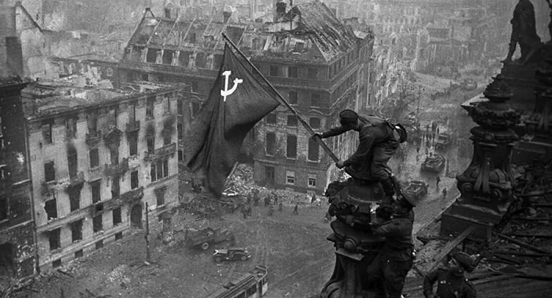Ponarejanje zgodovine: Facebook prepovedal sliko sovjetske zasedbe Reichstaga, ZDA spregledale ogromne žrtve Rusije