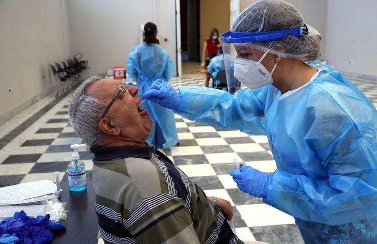 Necepljenim odklenkalo: Na udaru skoraj 6000 zdravstvenih delavcev - prvo suspenz, nato odpoved