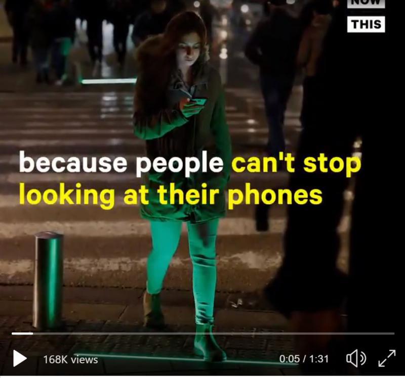 Ker ljudje ne dvigujejo pogledov z zaslonov mobilnih telefonov, mesta uvajajo »svetleče talne zebre«