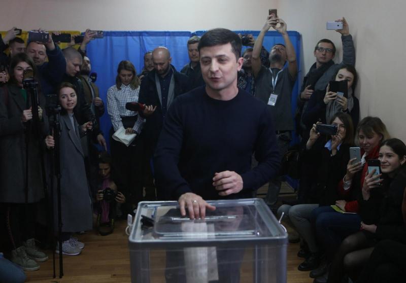 Zelenskemu se je nasmehnila zmaga: tudi Ukrajina je izbrala komika za predsednika