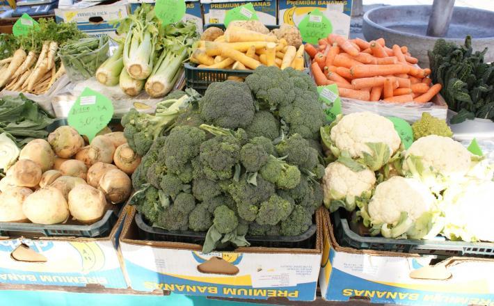 Tržnica koleraba brokoli cvetača korenje zelenjava