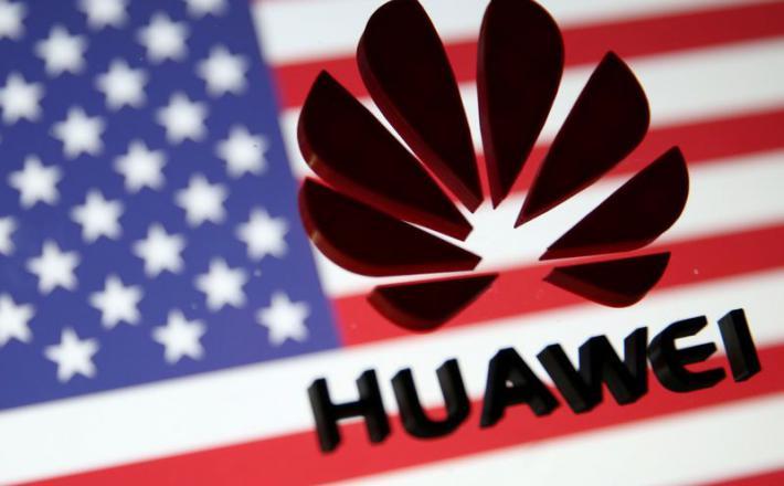 Huawei in ameriška zastava   Vir: Yahoo Finance