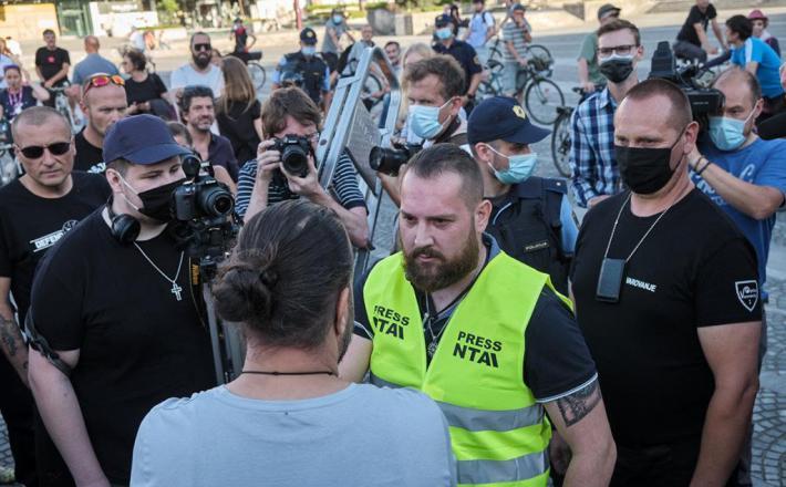 Soočenje Purgarja z protestnikom  Vir: Janez Zalaznik, Večer