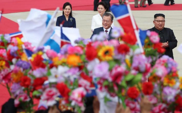Kim in Moon skozi cvetje Vir:Pixell