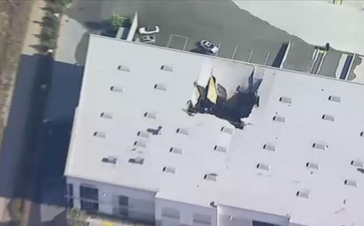 Letalo, padlo skozi streho skladišča