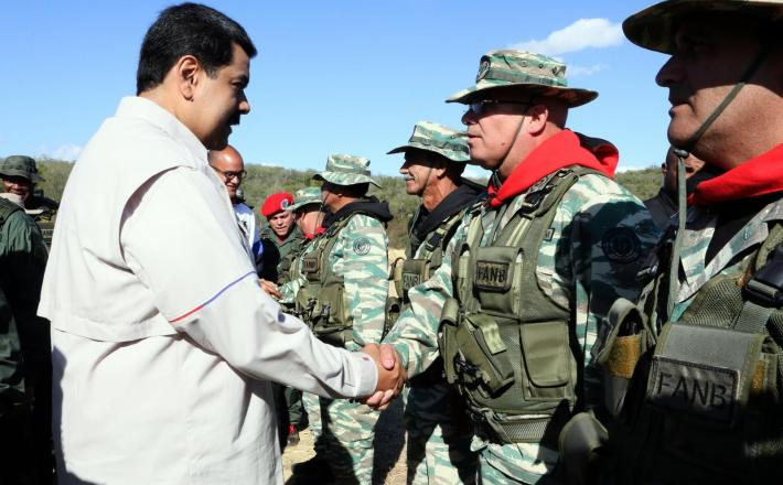 Maduro pozdravlja vojake   Vir:Pixsell