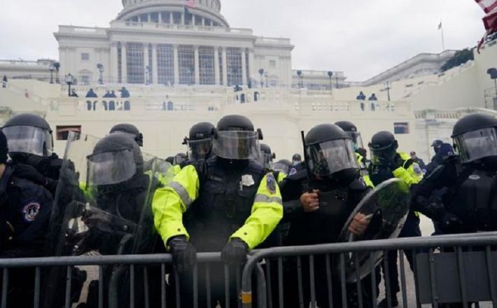 Policisti na Kapitolu. Vir: Twitter