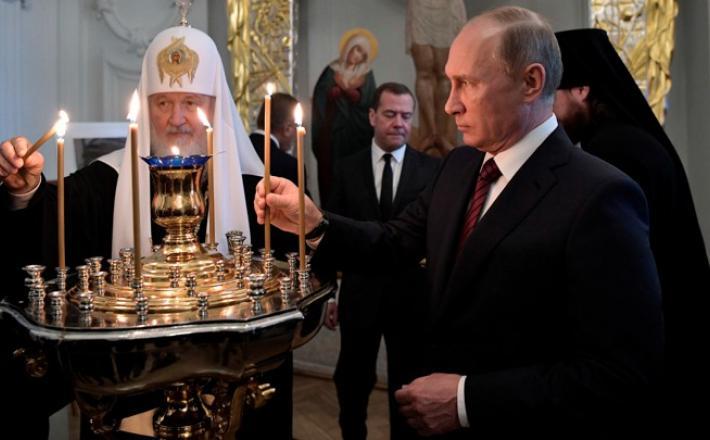 Putin in Medvedjev med liturgijo   Vir:Sputnik