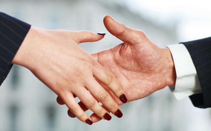 Rokovanje moškega in ženske