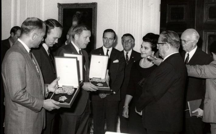 Tito odlikuje tri ameriške astronavte  1969