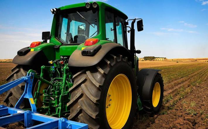 Traktor, zemlja