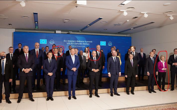 Ursula se ne druži s fašisti: Predsednica Evropske komisije na skupinski fotografiji zbežala daleč s