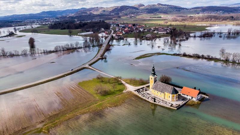 Ko poplavi reka Krka Cerkev Sv. Miklavža, Dobrava pri Škocjanu, foto: Joško Šimic