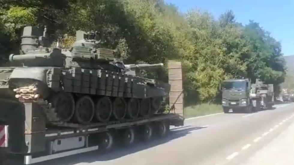 Srbski tanki na poti v smeri Kosova