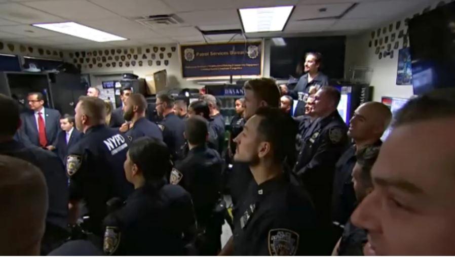 Donald Trump na sedežu policije v New Yorku Vir: Fox News, posnetek zaslona