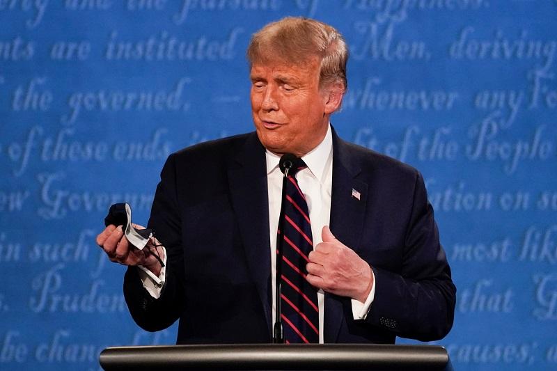 Trump se norčuje iz nošenja mask