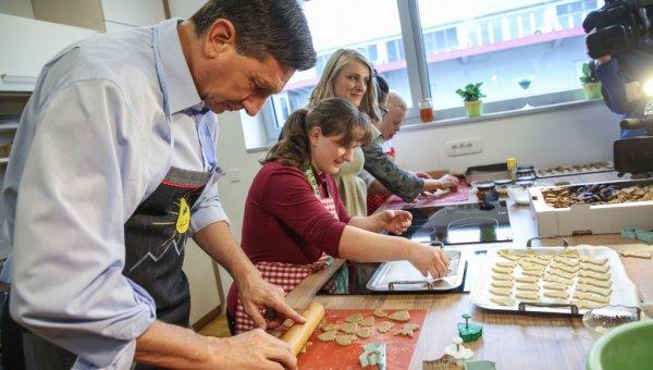 Borut Pahor izdelovalec piškotov
