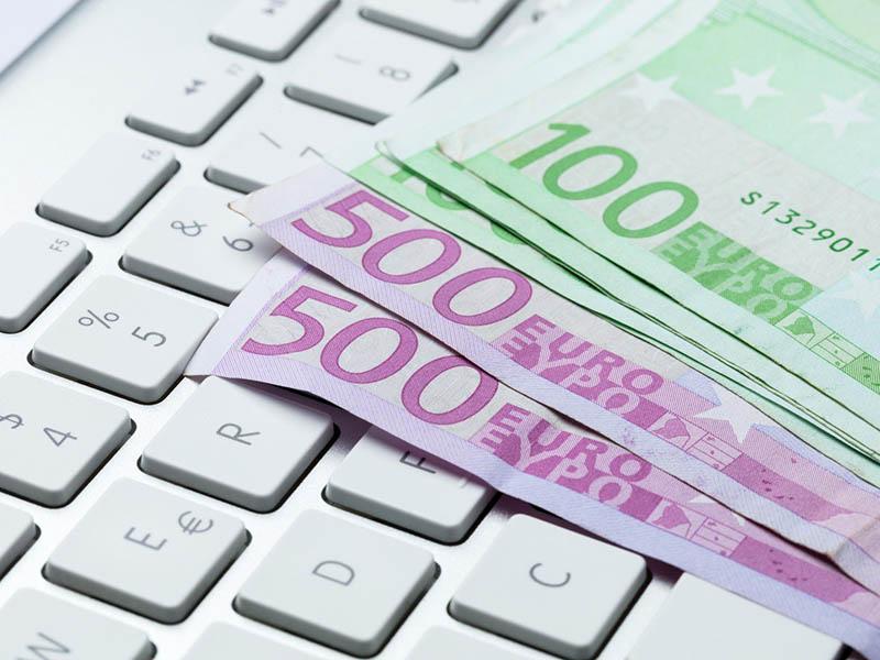 Denar, euro, tipkovnica