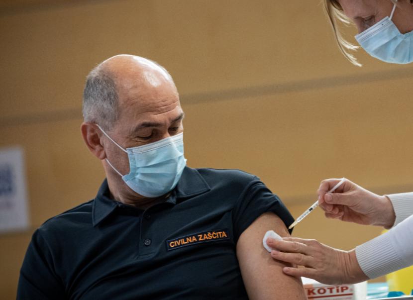 Cepljenje Janeza Janše s prvim odmerkom AstraZenece   Vir:  vlada, Twitter