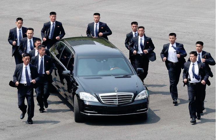 Eden od dveh Kimovih luksuznih jeklenih konjičkov. Vir: Twitter