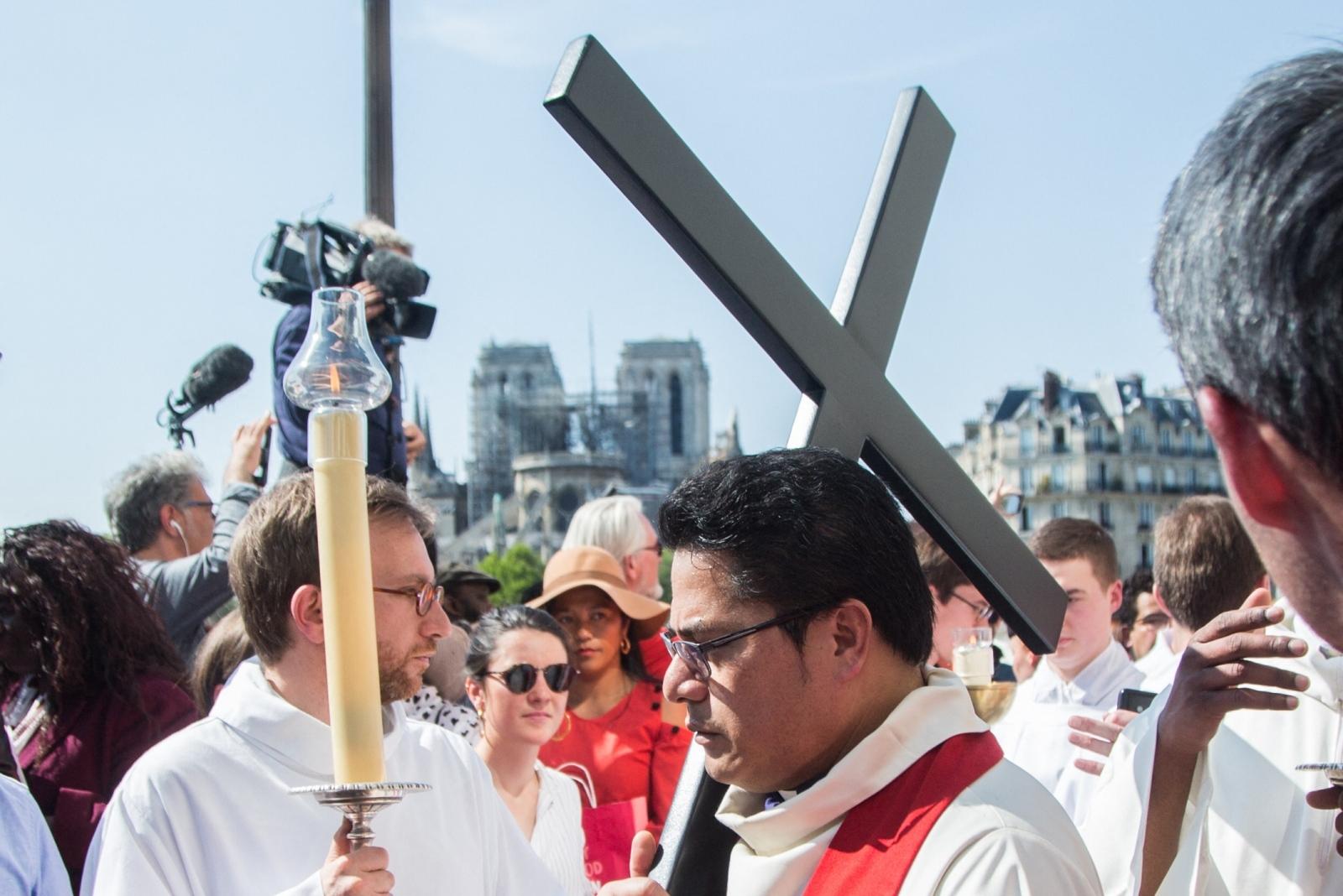 Procesija pred Notre Dame