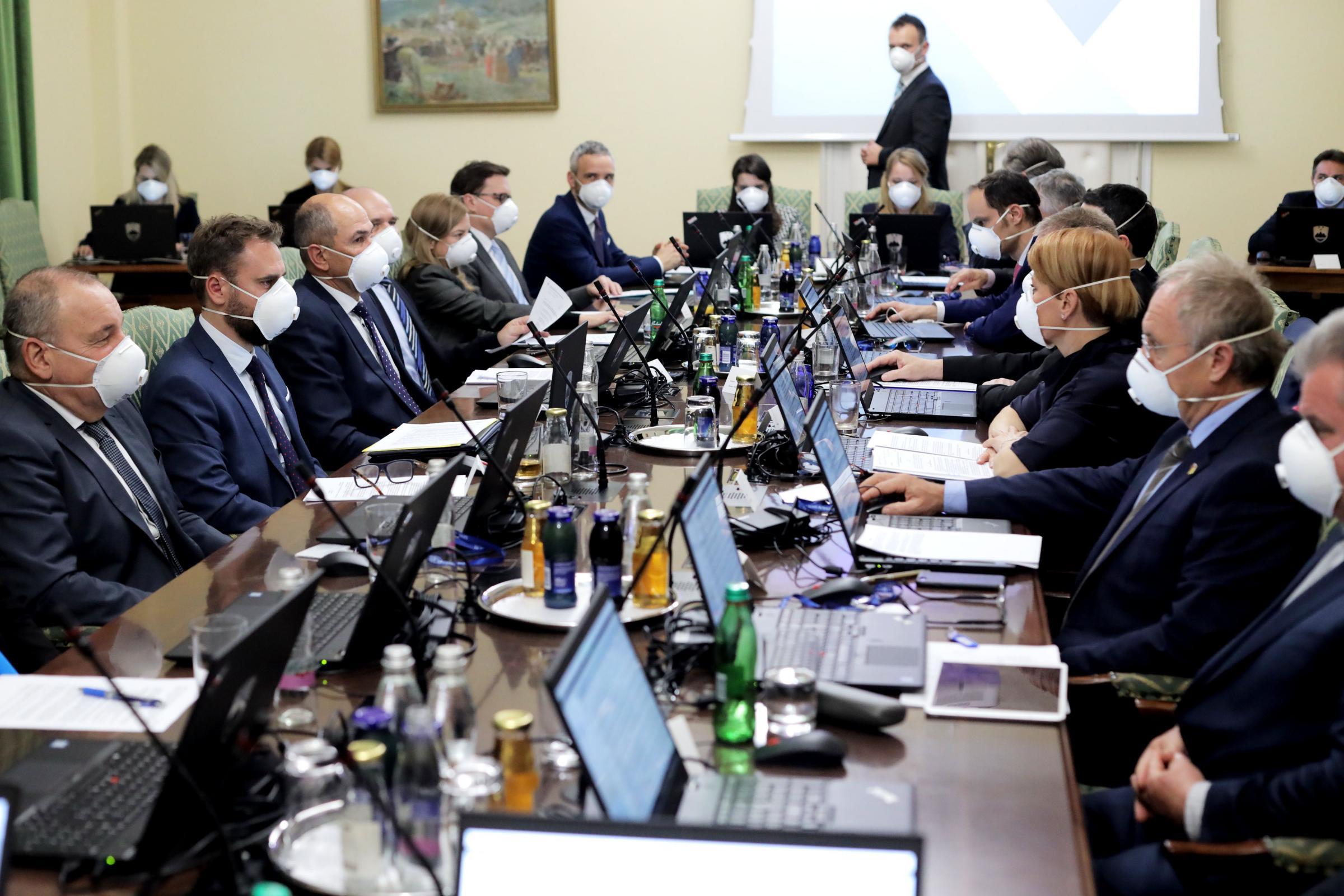 Prva seja Janševe vlade - z maskami. Vir: UKOM