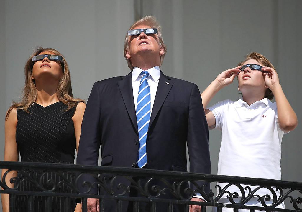Melania, Donald in Barron Trump gledajo sončev mrk