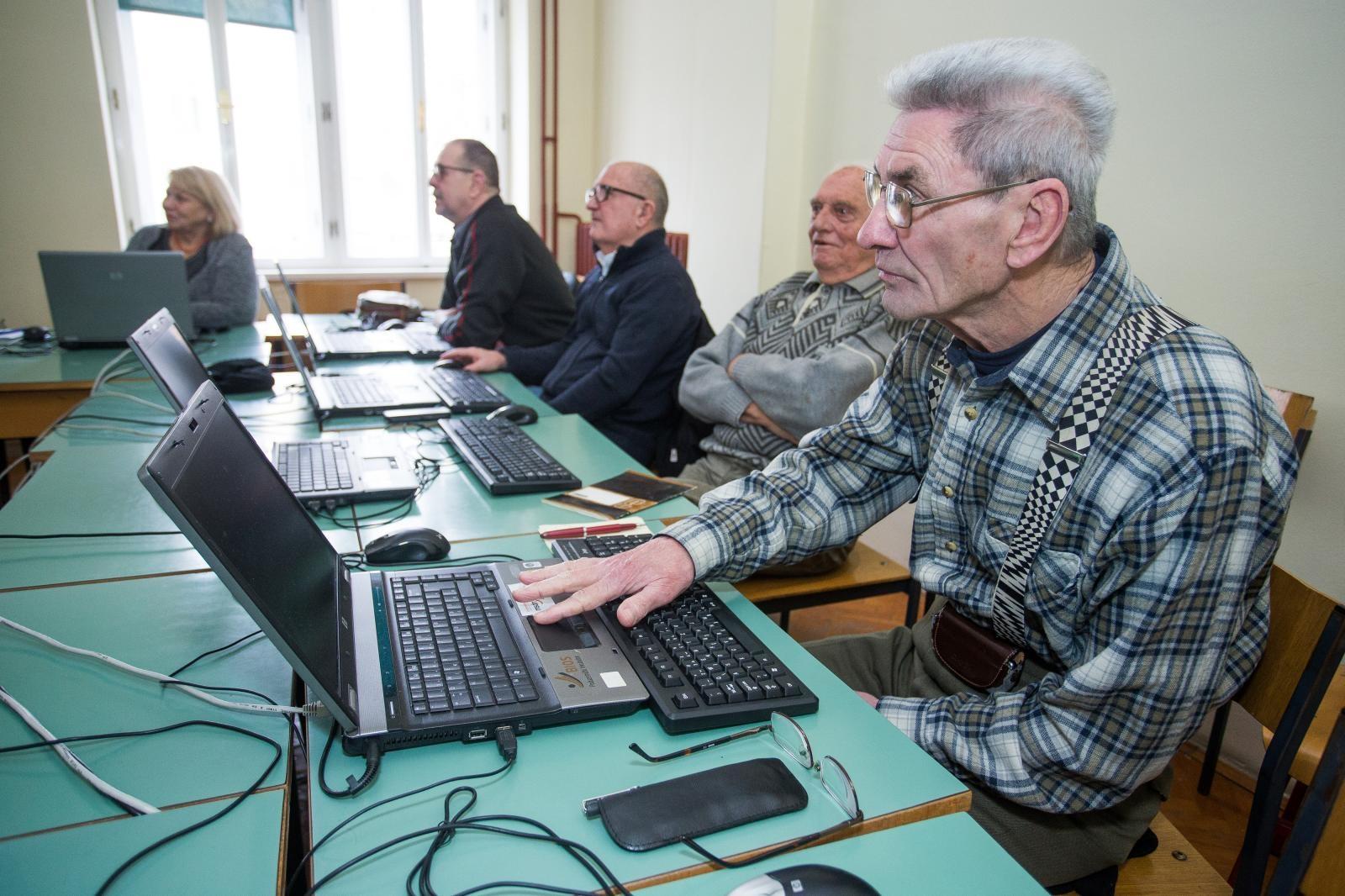 Upokojenci na tečaju informatike Vir:Pixell