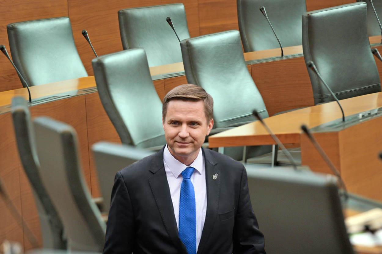 Z vse bolj praznimi sedeži koalicije se ne bo dalo zamenjati Igorja Zorčiča