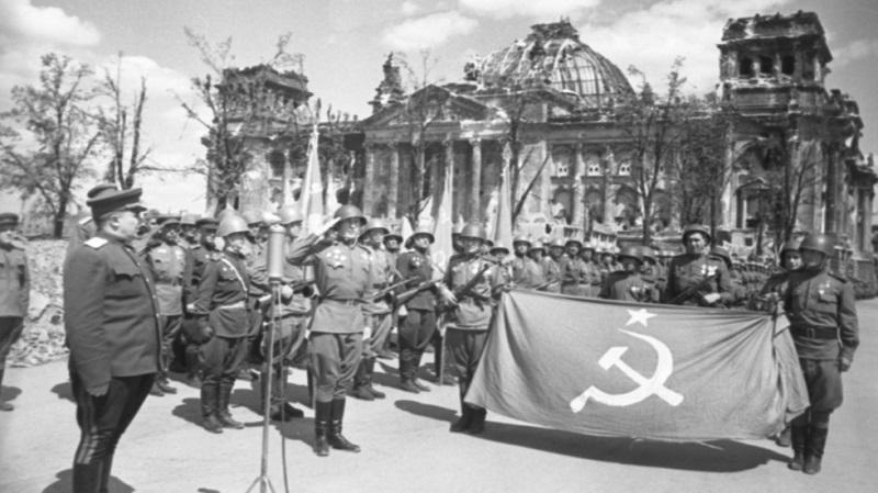 Ruski vojaki pred Reichstagom